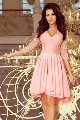 KLARA - sukienka z dłuższym tyłem z koronkowym dekoltem - PASTELOWY RÓŻ