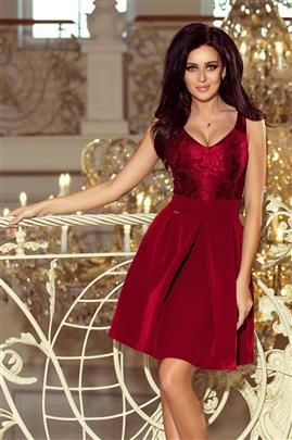 SIMPLE Sukienka z koronkowym dekoltem i kontrafałdami - BORDOWA